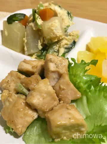 カットミール2018年10月9日メニュー「鶏肉のすりおろし生姜焼き(副菜:大根のかきたま煮)」(果物は別で購入)の写真